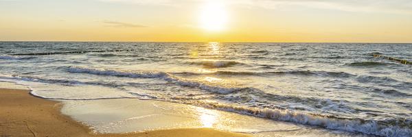 Urlaub am Meer - Sandstrand und Sonnenaufgang an der Ostseeküste - Banner / Panoroma