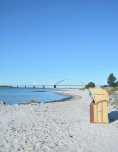 Strand mit Blick auf die Fehmarnsundbrücke,Insel Fehmarn,Ostsee,Deutschland